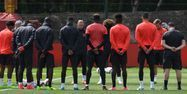 Les joueurs de Manchester United après l'attentat (1280x640) Paul ELLIS/AFP