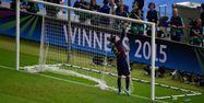Piqué découpe les filets après la victoire face à la Juve (1280x640) Odd ANDERSEN/AFP