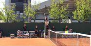 Emmanuel Joseph sur sa chaise d'arbitre et entouré des ramasseurs de balle, à Roland-Garros (1280x640) Nicolas ROUYER