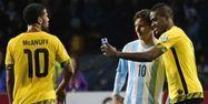 Lionel Messi et un joueur de la Jamaïque, 1280x640