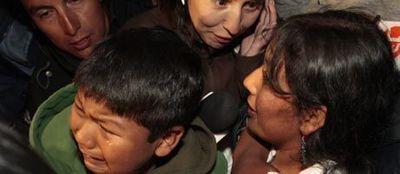 L'émotion de la famille de Carlos Mamani, le quatrième mineur chilien à retrouver la liberté. 460200