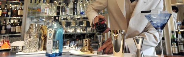 14.10.Bandeau Cocktail alcool barman.CARL COURT  AFP.1280.400