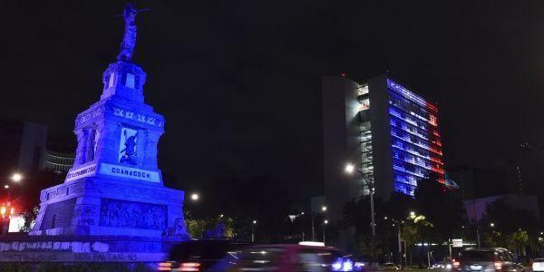 A Mexico, au Mexique, le bâtiment du Sénat mexicain est éclairé en bleu, blanc et rouge, en solidarité avec la France.