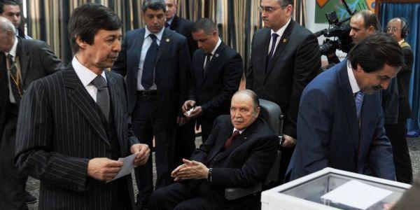 Abdelaziz Bouteflika et ses frères Saïd (à gauche) et Nasser (à droite). Crédits AFP
