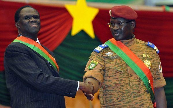 Le président intérimaire Michel Kafando et son Premier ministre, le lieutenant colonel Isaac Zida, en novembre 2014, lors de sa nomination.