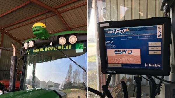 A gauche, le capteur GPS installé sur le tracteur, à droite l'interface qui guide l'engin. © François GEFFRIER / Europe 1