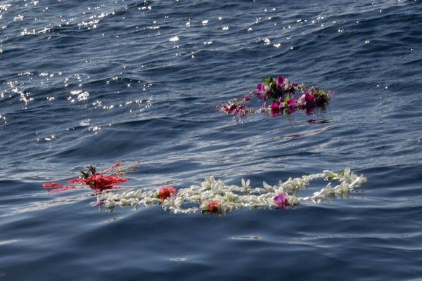 Couronnes de fleurs en hommage à Laurent Bourgnon
