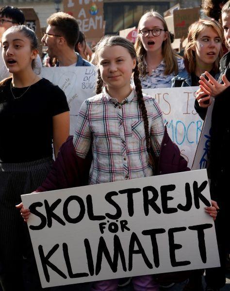 Greta Thunberg au milieu de la marche parisienne vendredi / AFP