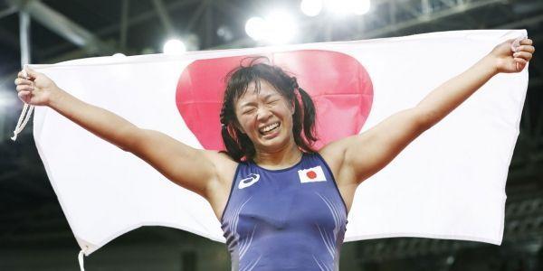 JO-de-Rio-2016-de-joie-une-lutteuse-japonaise-maltraite-son-entraineur
