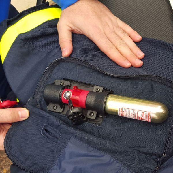 La cartouche de gaz qui gonfle l'airbag de la veste des motards de la police
