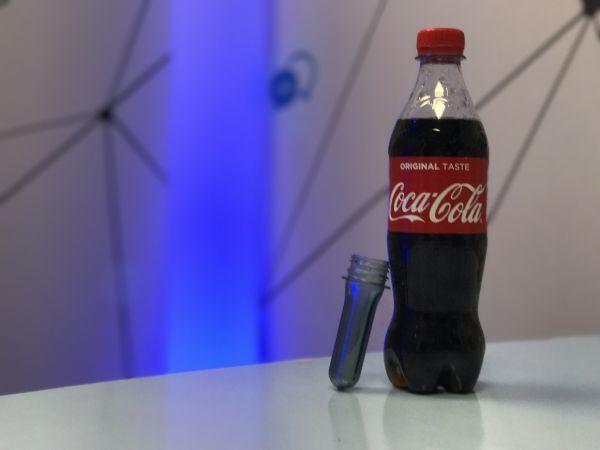 Le moule et la bouteille finale de Coca-Cola © Grégoire Martinez / Europe 1