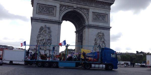 Les forains ont partiellement bloqué la place de l'Étoile, mardi, à Paris. (Maud Descamps)
