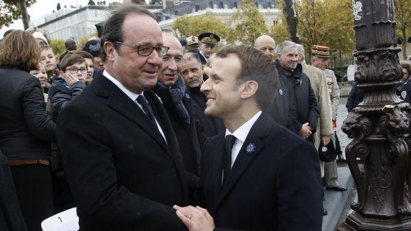 Emmanuel Macron a accordé une poignée de main rapide à François Hollande © Thibault Camus / POOL / AFP