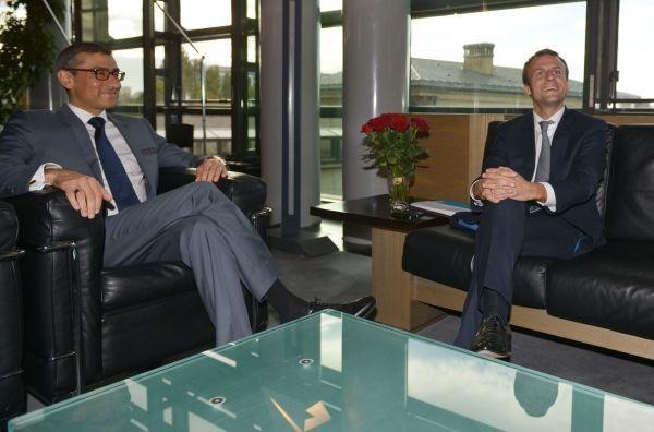 Rajeev Suri, PDG de Nokia et Emmanuel Macron, alors ministre de l'Économie, en 2015 © ERIC PIERMONT / AFP