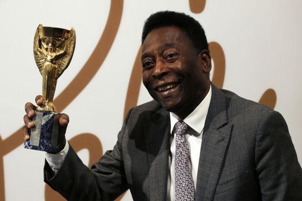 Pelé avec une réplique du trophée Jules-Rimet (960x640)