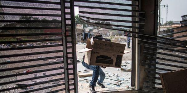 Les pillages se poursuivaient dans la capitale gabonaise, jeudi après-midi. Crédit : AFP