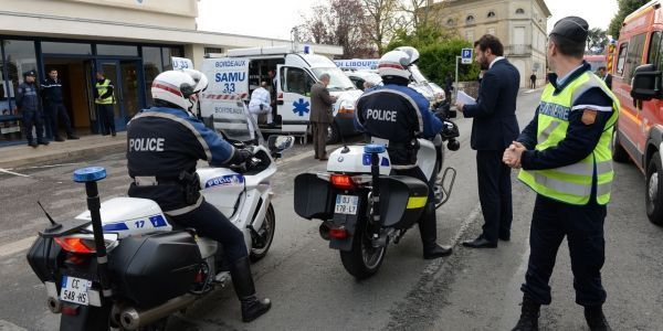 Policiers et secours à Libourne, près du lieu de l'accident mortel en Gironde.