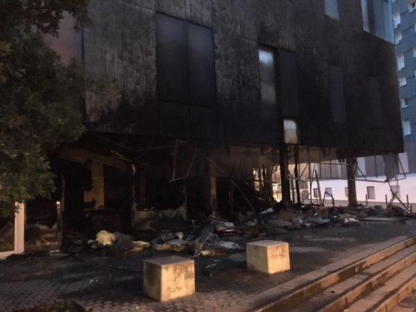 Une bibliothèque a été incendiée