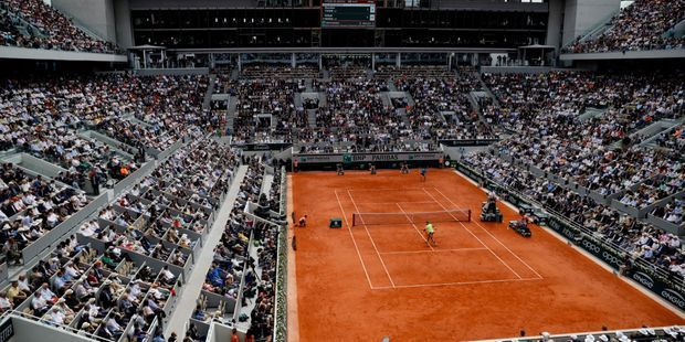 Le tournoi de Roland-Garros se dispute sur terre battue à Paris, il porte officiellement le nom d'Internationaux de France.