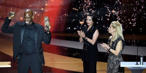 L'acteur Jean-Pascal Zadi avec l'actrice Hafsia Herzi et la maitresse de cérémonie Marina Fois vendredi soir à la 46eme cérémonie des Cesar.