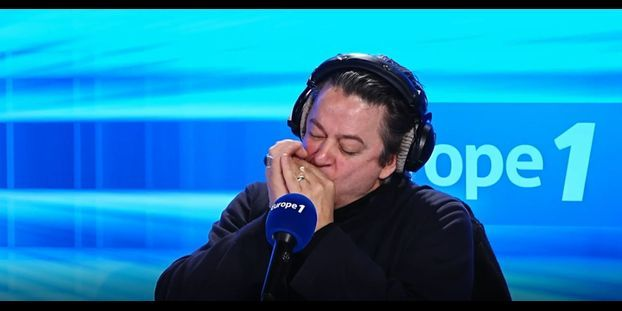 VIDÉO - Quand Thibault de Montalembert se lâche à l'harmonica sur Europe 1