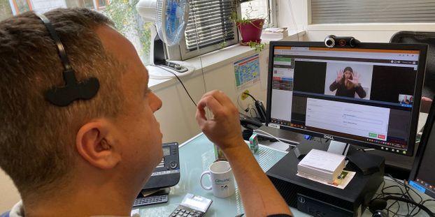 Un an après, quel bilan pour les services clients adaptés aux sourds et malentendants ?