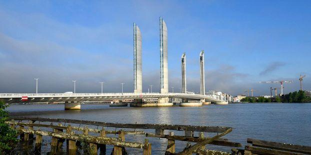 Bordeaux : une collision d'un bateau contre un pont fait dix blessés