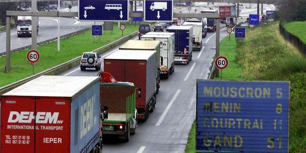 Des routiers bloquent une autoroute à la frontière franco-belge