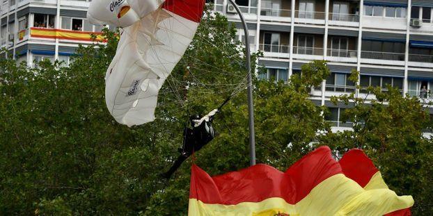 VIDÉO - Espagne: un parachutiste heurte un lampadaire en plein défilé militaire