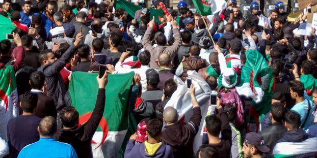 """Résultat de recherche d'images pour """"manifestations étudiantes contre un 5e mandat de Bouteflika, 2019"""""""