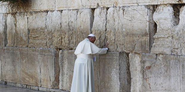 Cette Feuille Que Le Pape A Glissee Dans Le Mur Des Lamentations