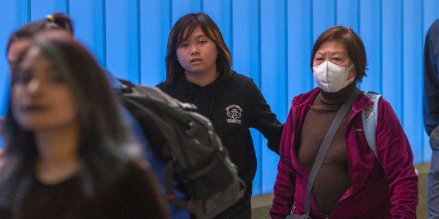 Dans les aéroports, les précautions face au virus chinois gagnent le monde entier