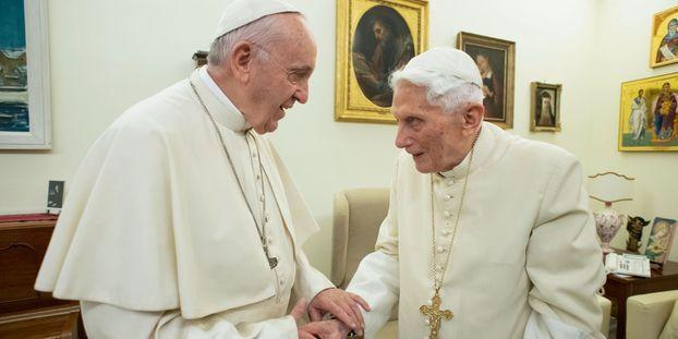 """""""La question est de savoir si on peut continuer à avoir deux papes à la tête de l'Église"""""""