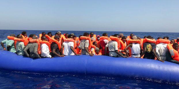 """Les garde-côtes turcs ont arrêté 330 migrants. (Ici une embarcation de l'ONG """"Ocean Viking"""" qui vient en aide au migrants en mer)"""