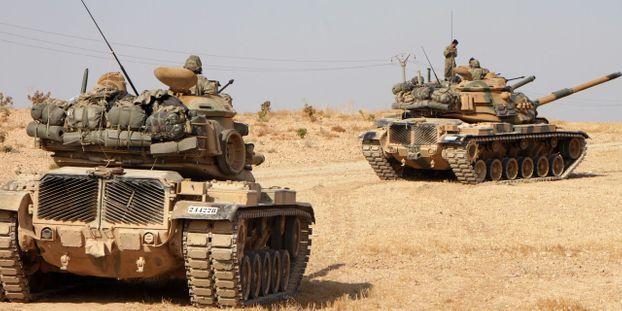 Les soldats turques approchent de la ville de Tukhar, au nord de la Syrie.