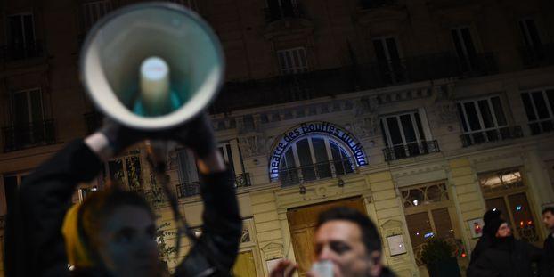 Macron pris pour cible par des manifestants à la sortie des Bouffes du Nord