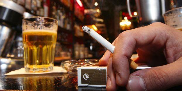 Pourquoi boire de l'alcool donne envie de fumer