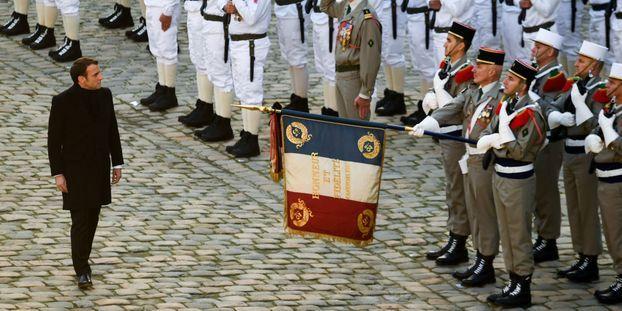 """Aux Invalides, Macron s'""""incline devant le sacrifice"""" des 13 soldats morts au Mali"""