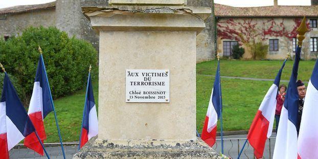 845558b0b93c8 Château-Larcher   au monument aux morts