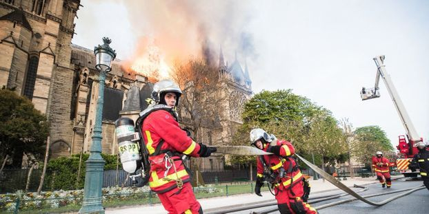 Beaujeu Les Anciens Pompiers De Paris Rendent: Notre-Dame De Paris : Les Français Rendent Hommage Aux