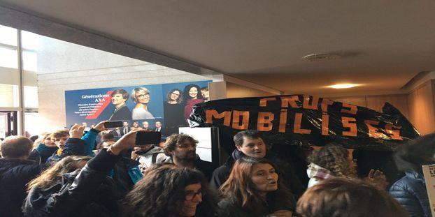 Retraites : 200 grévistes s'introduisent au siège régional d'AXA à Toulouse