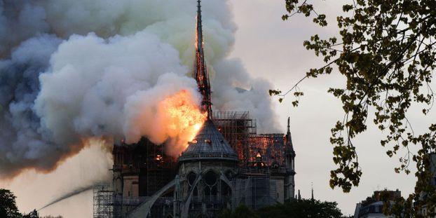 L'incendie aurait pris dans les combles de la cathédrale selon les pompiers.