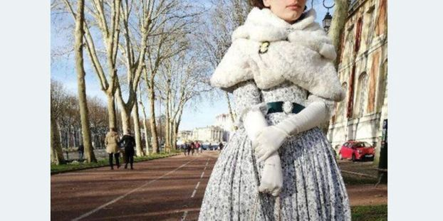 On Lui Refuse L Entree Au Chateau De Versailles Car Elle Porte Une Robe Belle Epoque