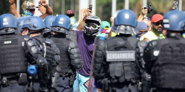 Vidéo d'un manifestant frappé au sol : les policiers contestent les faits et portent plainte