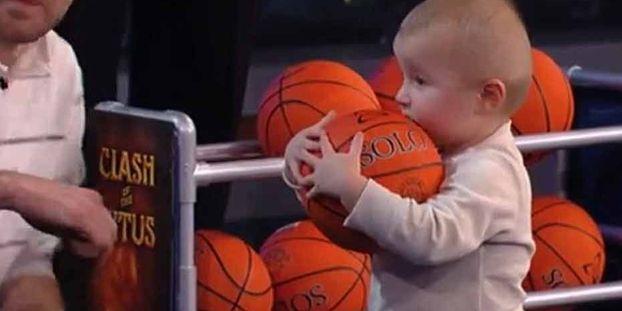 05b4ceb3691d9 Un bébé de 2 ans défie les stars de NBA
