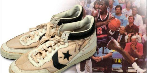 Nouvelles Arrivées 6cba4 8392e Une paire de baskets portées par Michael Jordan adjugée ...