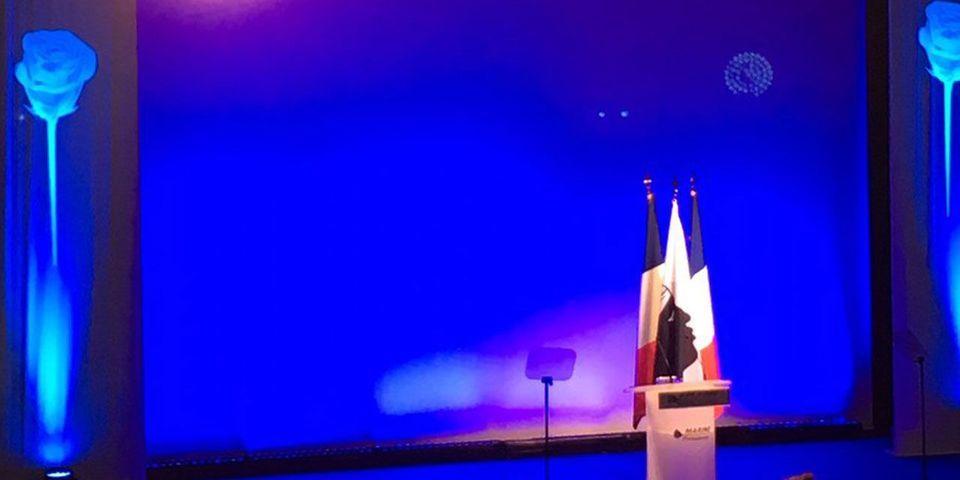 A Ajaccio, Marine Le Pen met en scène le drapeau corse aux côtés du drapeau français