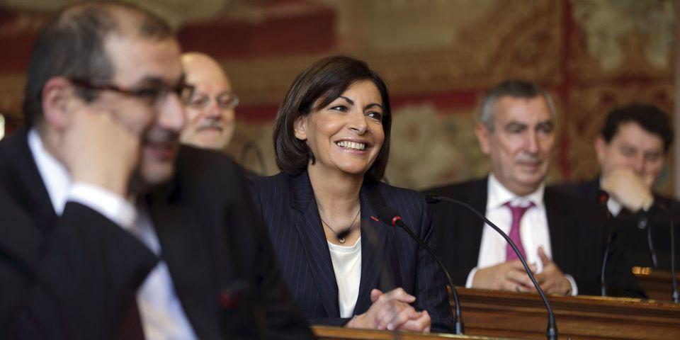 Anne Hidalgo pare l'Hotel de Ville de Paris des couleurs LGBT pour la gay pride
