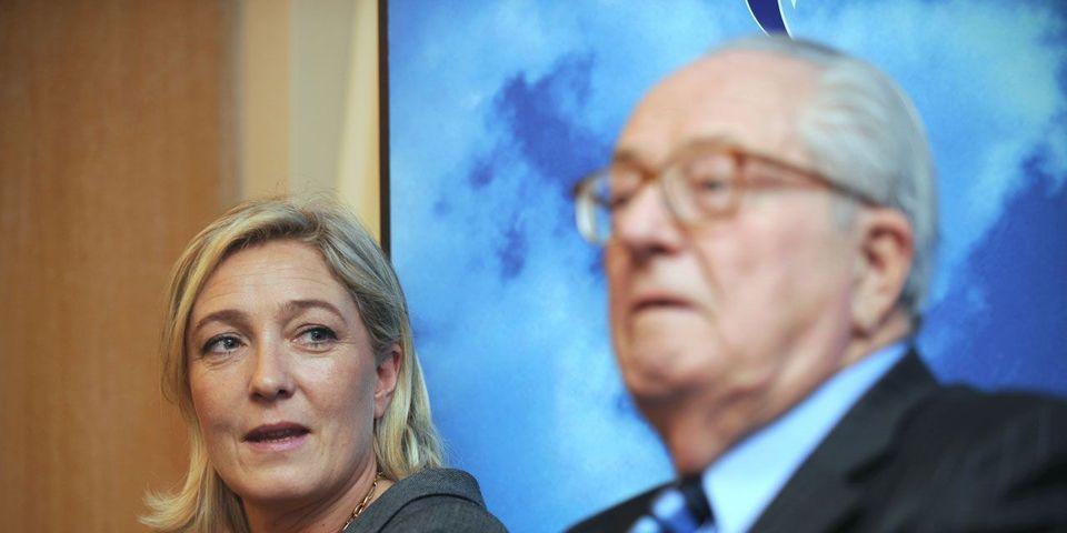 """Comment la """"mère de famille"""" Marine Le Pen tente de renvoyer Jean-Marie Le Pen au passé"""