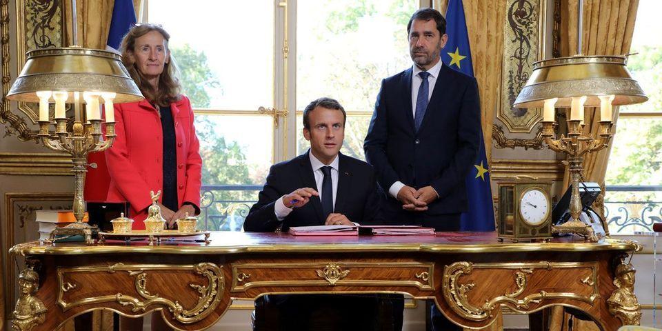 Emmanuel Macron a décidé de mettre en scène les signatures de loi